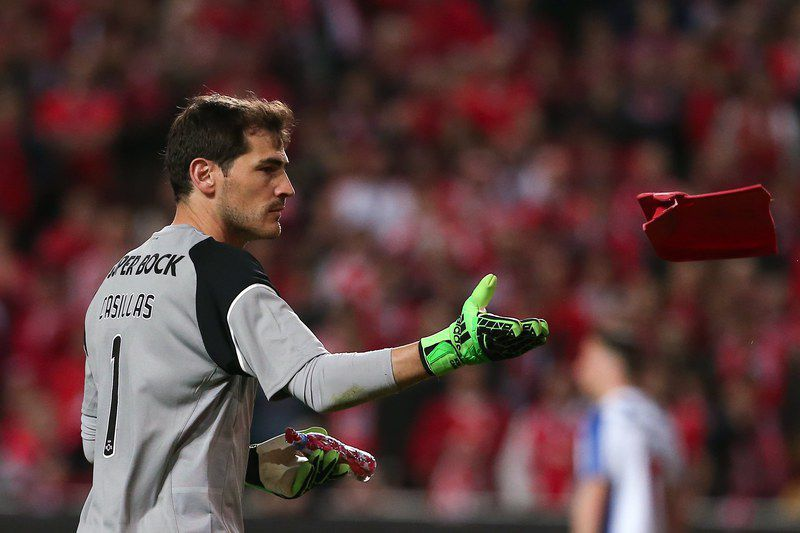 Benfica vs FC Porto • epa05883565 FC Porto goalkeeper Iker Casillas discard objects that were thrown toward him at the end of the Portuguese First League soccer match with Benfica at Luz Stadium, in Lisbon, Portugal, 01 April 2017.  EPA/MANUEL DE ALMEIDA • Lusa