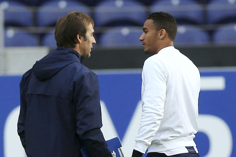 FC Porto's training session • FC Porto's coach Julen Lopetegui (L) speaks with Danilo during the team's training session at Dragao stadium in Porto, Portugal, 09 december 2014. FC Porto will face Shakhtar Donetsk in the UEFA Champions League group H soccer match on 10 december 2014. ESTELA SILVA/LUSA • © 2014