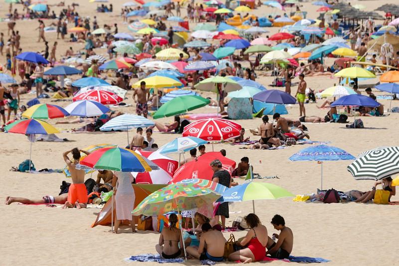 6a4e9e5560e9f Calor. Praia de Santo Amaro de Oeiras repleta de adultos e crianças ...