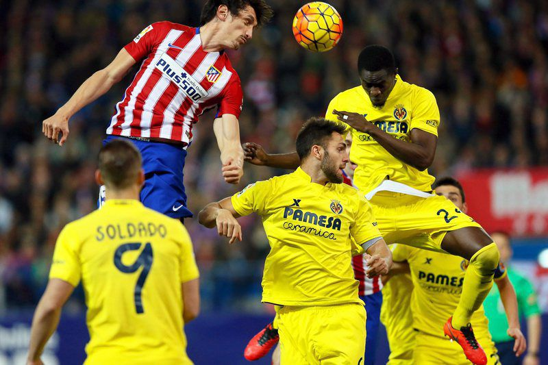 Atletico Madrid vs Villarreal CF • epa05174360 Villarreal's Cameroonian defender Eric Bailly (C) in action against Atletico Madrid's Montenegrin defender Stefan Savic (L) during the Spanish Primera Division soccer match between Atletico Madrid and Villarreal CF at the Calderon stadium in Madrid, Spain, 21 February 2016.  EPA/JUANJO MARTIN • Lusa