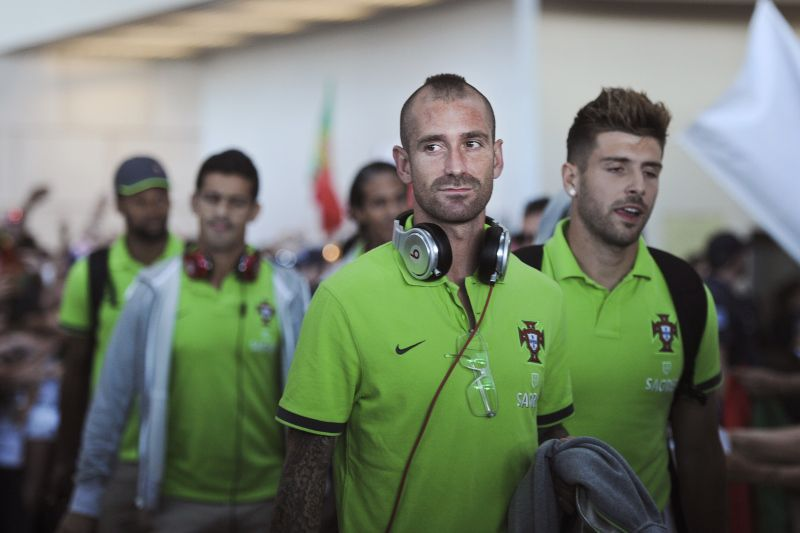 Portugal's Raul Meireles (2nd L) looks at Portuguese national football team fans as he arrives at the Lisbon airport on June 28, 2012, with his teammates, after losing against Spain in the semi-finals at the Euro 2012 football championship, which is taking place in Poland and Ukraine until July 1. AFP PHOTO/ PATRICIA DE MELO MOREIRA