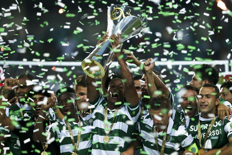 Jogadores do Sporting levantam a Supertaça 2015 • Sporting Clube de Portugal players jubliate with the 'Candido de Oliveira' Supercup trophy after a win over Sport Lisboa e Benfica in a match held at Algarve Stadium in Faro, 09 August 2015.  • JOSE SENA GOULAO/LUSA