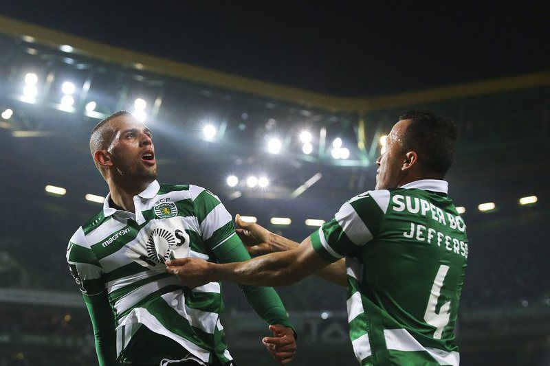 895320fc0914d394ac75a6ee1feaa00d1f4303fb.jpg • epa05086378 Sporting CP player Islam Slimani (C) celebrates with Jefferson (R) after scoring a goal against FC Porto, during the Portuguese First League match held at Alvalade Stadium in Lisbon, Portugal, 02 January 2016.  EPA/JOSE SENA GOULAO
