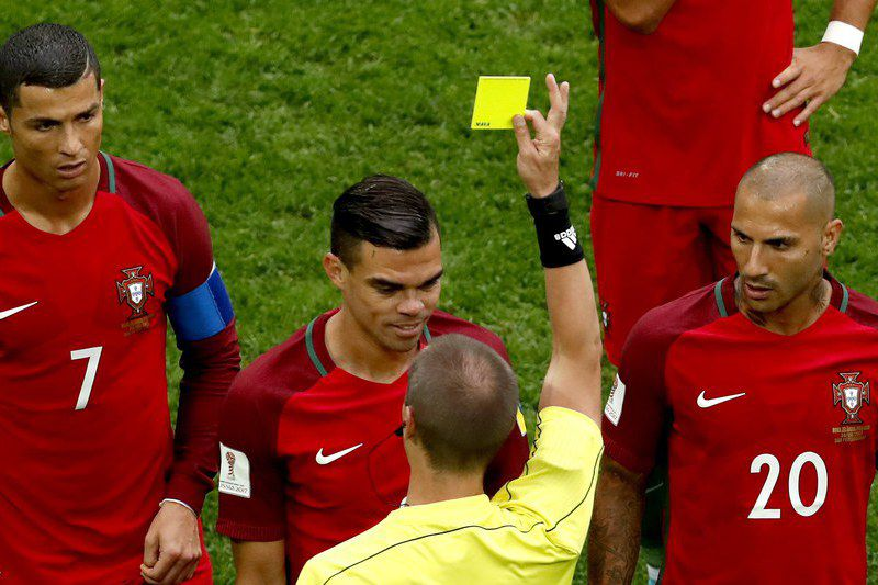 Nova Zelândia vs Portugal • epa06048004 Referee Mark Geiger of the USA shows the yellow card to Pepe of Portugal (C) during the FIFA Confederations Cup 2017 group A soccer match between New Zealand and Portugal at the Saint Petersburg stadium in St. Petersburg, Russia, 24 June 2017.  EPA/ANATOLY MALTSEV