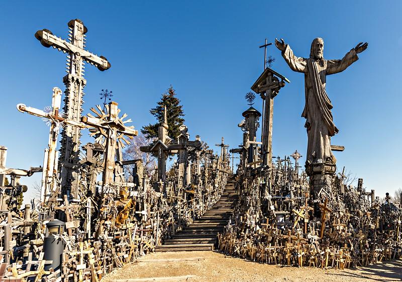 A impressionante Colina das Cruzes na Lituânia