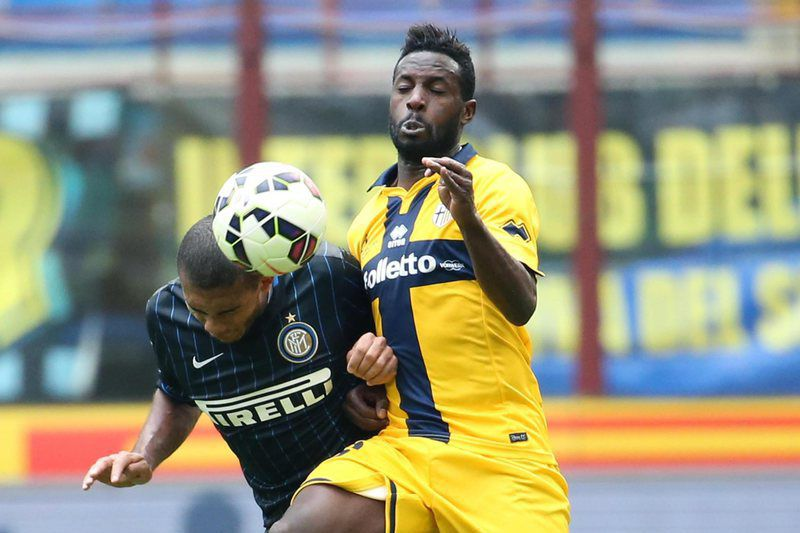 Juan Jesus e Silvestre Varela disputam a bola • Inter defender Juan Jesus (L) challenges for the ball with Parma Fc forward Silvestre Varela during the Italian Serie A soccer match between Fc Inter and Parma Fc at Giuseppe Meazza stadium in Milan, Italy, 04 April 2015.  • EPA/MATTEO BAZZI