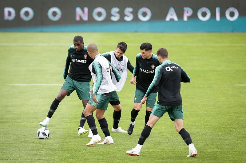 Liga das Nações  Quatro jogadores no ginásio no início da preparação para o  encontro com a3c918d63a03b