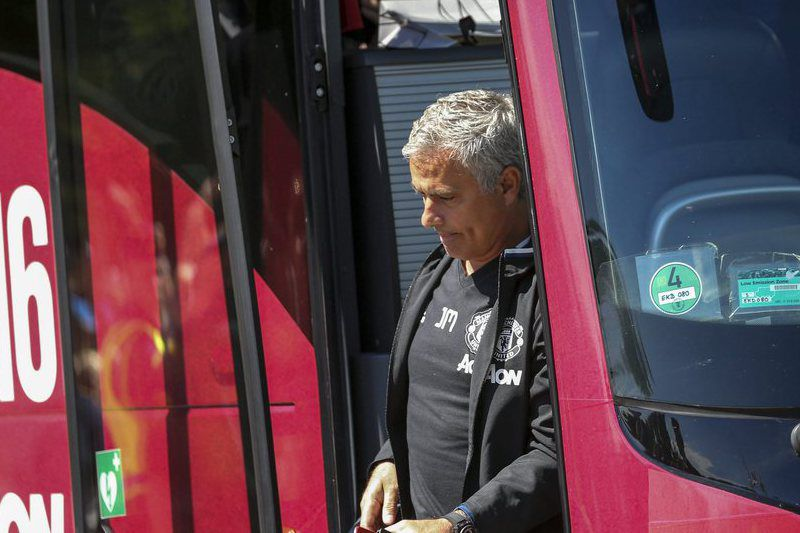 Manchester United • epa05448619 Manchester United coach Jose Mourinho exits the team coach at the hotel in Gothenburg, Sweden, 30 July 2016. Manchester is  playing a friendly game against Turkeys Galatasaray tonight at Ullevi stadium in Gothenburg.  EPA/Bjoern Larsson Rosvall **SWEDEN OUT** • Lusa