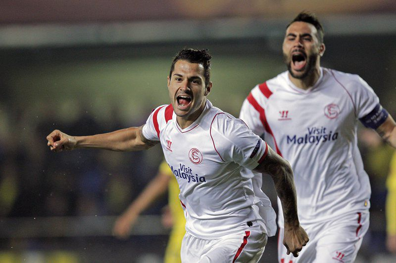 Vitolo marcou o golo mais rápido da Liga Europa • epa04659701 Sevilla's Vitolo (L) celebrates with his team-mate Vicente Iborra (R) after scoring the 0-1 during their UEFA Europa League round of 16 first leg soccer match at El Madrigal stadium in Villarreal, Spain, 12 March 2015.  • EPA/MANUEL BRUQUE
