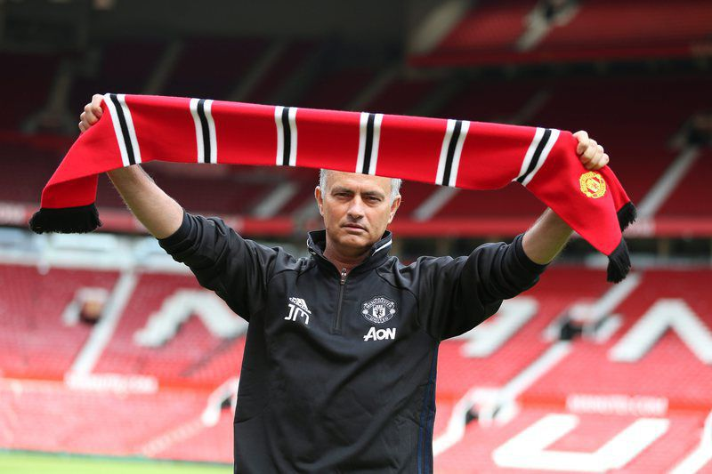 José Mourinho apresentado como treinador do Manchester United, Reino Unido. NIGEL RODDIS/LUSA • epa05408493 Manchester United's new manager Jose Mourinho poses for pictures during a media conference at Old Trafford Stadium in Manchester, Britain, 05 July 2016.  EPA/NIGEL RODDIS • Lusa