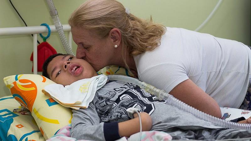 Resultado de imagem para Amor acima de tudo: Enfermeira adota garoto com paralisia cerebral abandonado pelos pais
