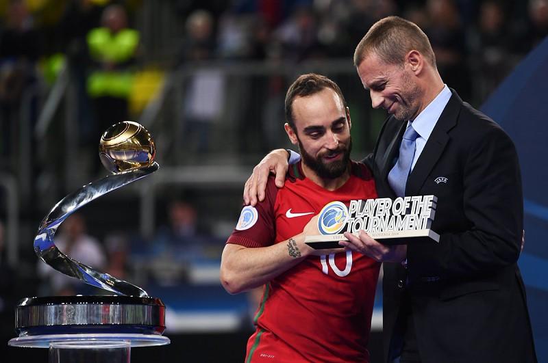 0743770dec Futsal  Ricardinho emocionado na homenagem feita pela Câmara de Gondomar