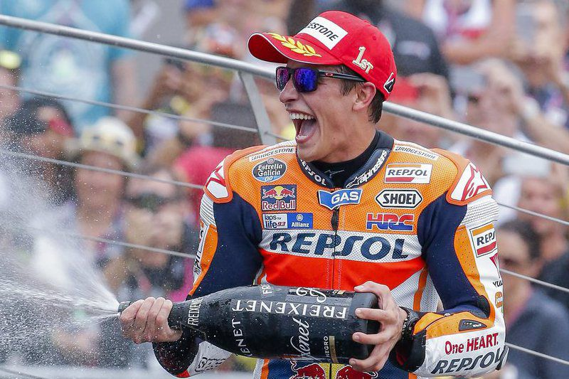Indianapolis Motorcycling Grand Prix • epa04878634 Spanish MotoGP rider Marc Marquez of Repsol Honda Team celebrates with champagne after winning the Indianapolis Motorcycling Grand Prix motorcycle race at the Indianapolis Motor Speedway in Indianapolis, Indiana, USA, 09 August 2015.  EPA/ERIK S. LESSER • Lusa