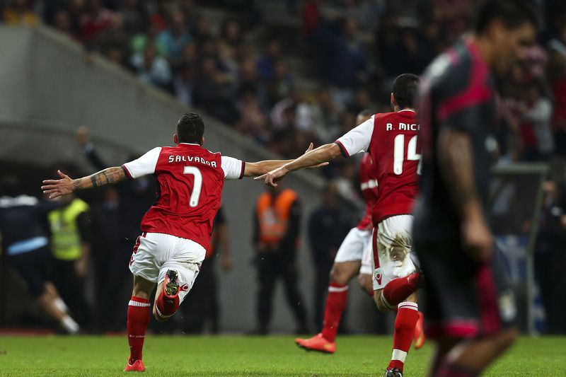Salvador Agra marca o golo da vitória diante do Benfica • SC Braga's Salvador Agra (L) celebrates after scoring a goal against Benfica during their Portuguese First League soccer match, held at Braga stadium, 26 October 2014.  • JOSE COELHO/LUSA
