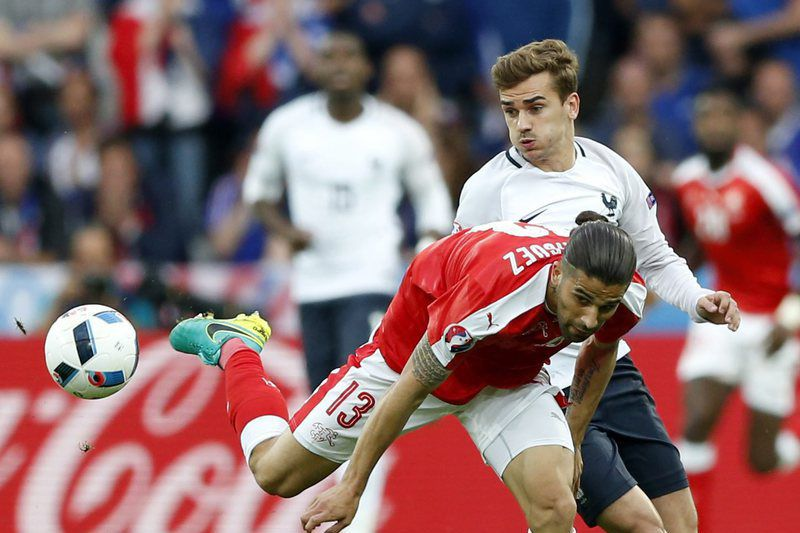 Ricardo Rodriguez, da Suíça, contra Antoine Greizmann, da França • Ricardo Rodriguez of Switzerland in action agianst Antoine Greizmann (R) of France during the UEFA EURO 2016 group A preliminary round match between Switzerland and France at Stade Pierre Mauroy in Lille Metropole, France, 19 June 2016. (RESTRICTIONS APPLY: For editorial news reporting purposes only. Not used for commercial or marketing purposes without prior written approval of UEFA. Images must appear as still images and must not emulate match action video footage. Photographs published in online publications (whether via the Internet or otherwise) shall have an interval of at least 20 seconds between the posting.)  • EPA/LAURENT DUBRULE
