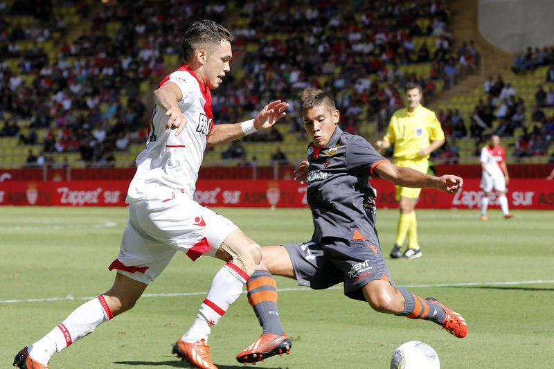 Raphael Guerreiro marca na vitória do Lorient • Lucas Ocampos of AS Monaco (L) vies for the ball with Raphael Guerreiro of Lorient (R) during the French Ligue 1 soccer match between AS Monaco and FC Lorient at Stade Louis II, in Monaco, 15 September 2013.  • EPA/SEBASTIEN NOGIER