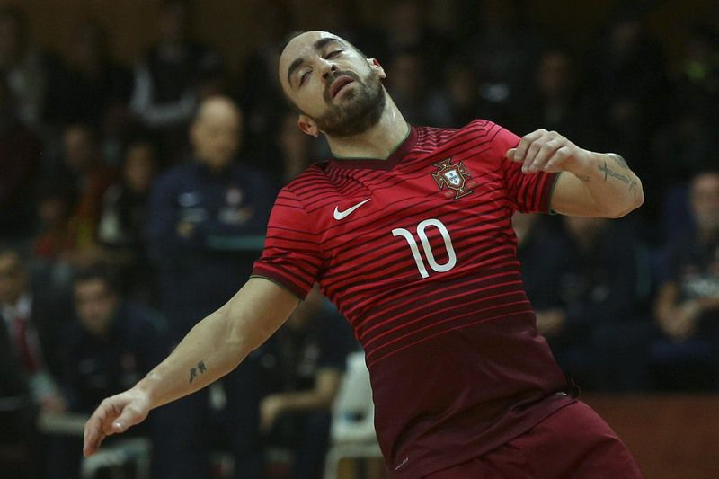 Futsal: Portugal vs Poland • Portugal's Ricardinho (L) vies for the ball with Poland´s Krawczyk during their qualifying phase match of Futsal Fifa World Cup held at Pavilhão Desportivo Municipal, at Póvoa de Varzim, Portugal, 10 December 2015. ESTELA SILVA/LUSA • Lusa