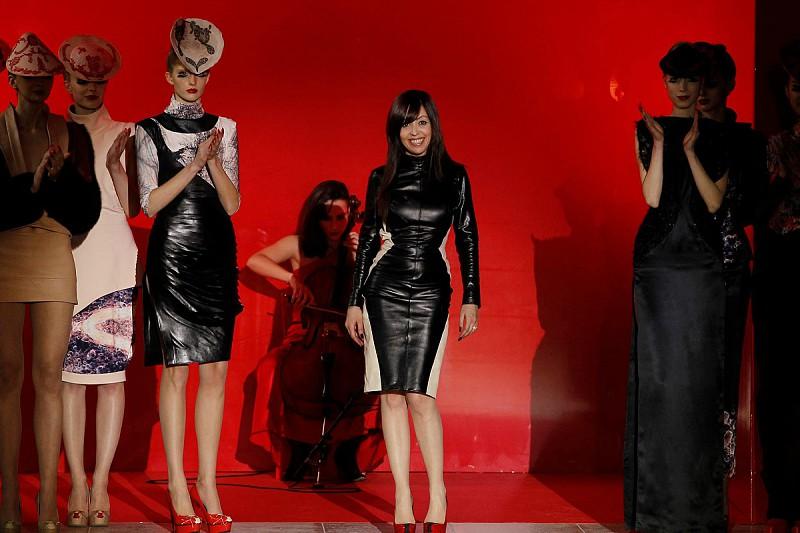 d2d8cc5bfebbb É uma das designers de moda nacional mais internacionais. Acaba de  comemorar 25 anos de uma carreira que não dá sinais de querer abrandar.