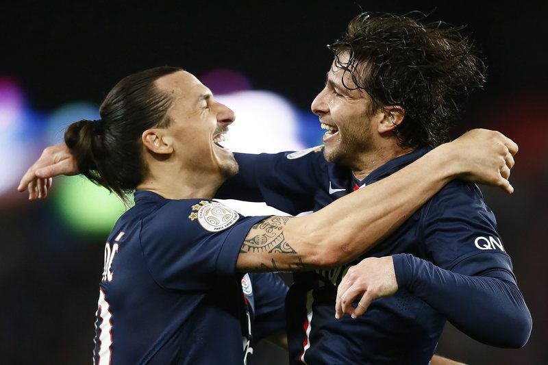 Paris Saint-Germain vs EA Guingamp • Ibrahimovic celebra com Maxwell • Lusa
