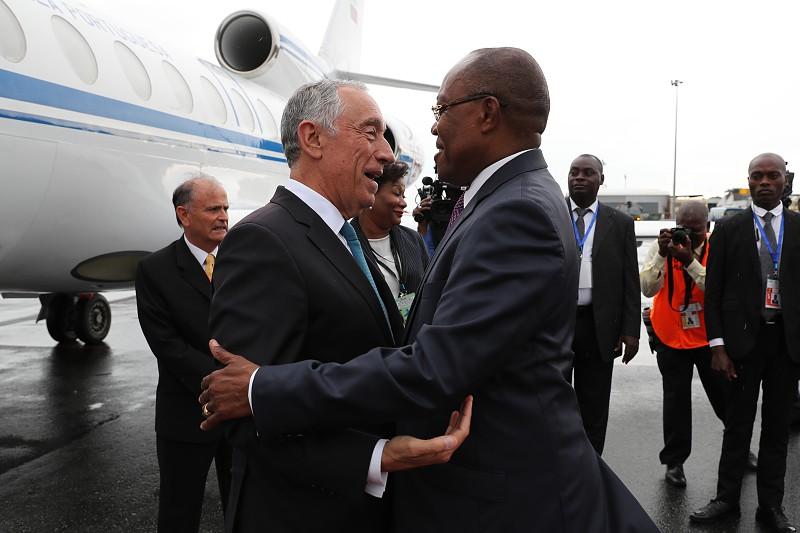 Marcelo em Angola, junta-se ao povo