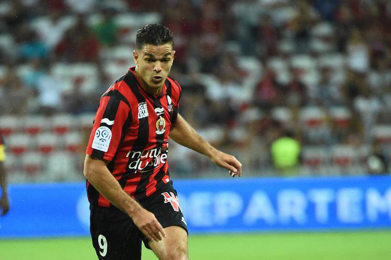 Hatem Ben Arfa em ação pelo Nice • epa04893475 Hatem Ben Arfa of OGC Nice (R) vies for the ball with Nicolas Seube and Damien Da Silva of Caen (L) during the French Ligue 1 soccer match between OGC Nice and Lille OSC at the Allianz Riviera, in Nice, France, 22 August 2015.  • EPA/OLIVIER ANRIGO