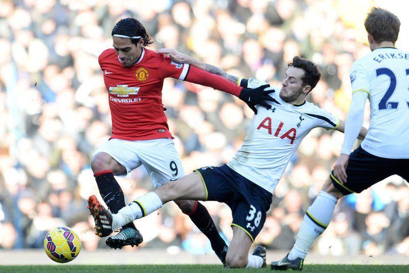 Nulo entre Manchester United e Tottenham • epa04541438 Manchester United's Radamel Falcao (L) skips away past Tottenham's Ryan Mason (C) during an English Premier League soccer match at White Hart Lane in London, Britain, 28 December 2014.  EPA/ANDY RAIN DataCo terms and conditions apply. https://www.epa.eu/downloads/DataCo-TCs.pdf