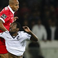 epa06310567 Tallo (R) of Vitoria de Guimaraes in action against Luisao of Benfica during their Portuguese First League soccer match, held in D. Afonso Henriques stadium, Guimaraes, Portugal, 5 November 2017.  EPA/JOSE COELHO