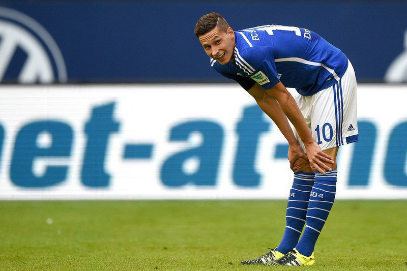FC Schalke 04 vs Darmstadt 98 • epa04893184 Schalke's Julian Draxler reacts during the German Bundesliga soccer match between FC Schalke 04 and Darmstadt 98 at the VeltinsArena in Gelsenkirchen, Germany, 22 August 2015. (EMBARGO CONDITIONS - ATTENTION: Due to the accreditation guidelines, the DFL only permits the publication and utilisation of up to 15 pictures per match on the internet and in online media during the match.)  EPA/JONAS GUETTLER • Lusa