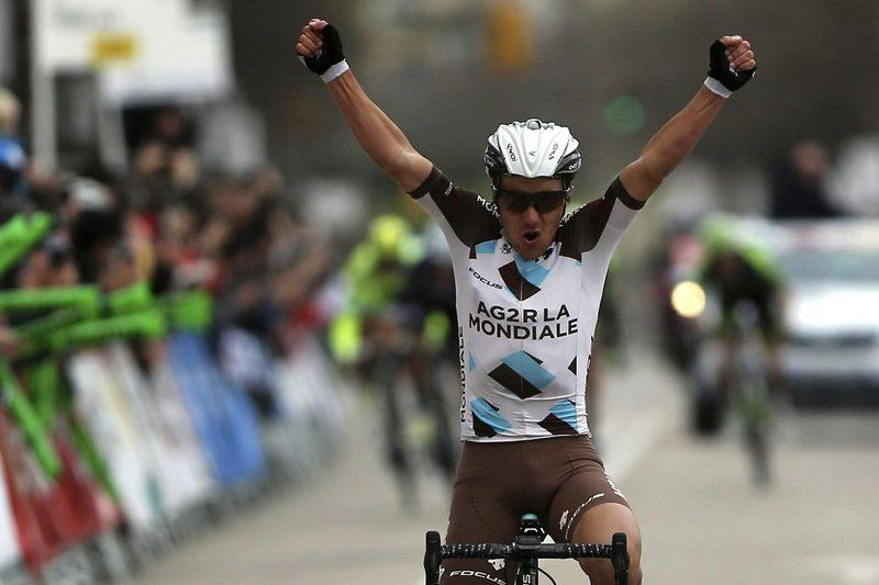Italiano Domenico Pozzovivo celebra a vitória • epa04678784 Italian rider Domenico Pozzovivo of AG2R La Mondiale team celebrates his victory in the thrid stage of the Volta Catalonia cycling race over 156.6 kms with beginning and ending in Girona, Catalonia Spain, 25 March 2015. •  EPA/TONI ALBIR