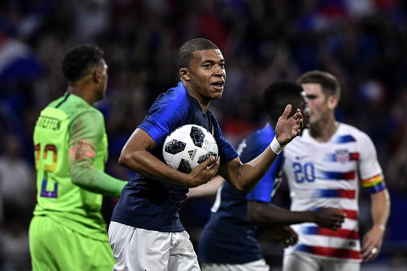 Mbappé saiu lesionado do treino da seleção francesa - Mundial 2018 ... a3e7fe664bcd7
