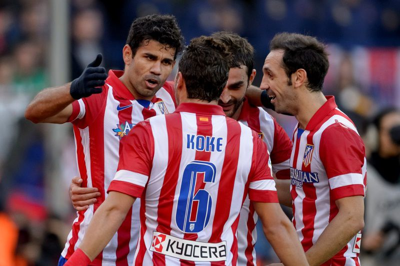 Atletico Madrid's Brazilian forward Diego da Silva Costa (L) celebrates with his teammates after scoring during the Spanish league football match Club Atletico de Madrid vs Athletic Bilbao at the Vicente Calderon stadium in Madrid on November 3, 2013.   AFP PHOTO/ DANI POZO