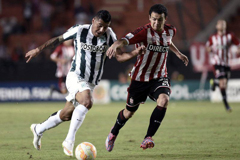 Jefferson Duque (E) disputa a bola com Leonardo Jara (D) • epa04697864 Jefferson Duque (L) of Atletico Nacional of Colombia vies for the ball with Leonardo Jara (R) of Estudiantes de la Plata of Argentina during their Libertadores Cup soccer match at Unico stadium in La Plata, Argentina, 09 April 2015.  • EPA/DEMIAN ESTEVEZ