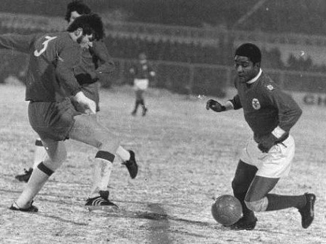Eusébio em ação no relvado coberto de neve do Estádio Olímpico de Amesterdão