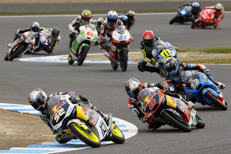 Motorcycling Grand Prix of Japan • epa04443351 British Moto3 rider Danny Kent (front L) of the Red Bull Husqvana Ajo team leads the pack during the Moto3 race of the Motorcycling Grand Prix of Japan  at Twin Ring Motegi, Tochigi Prefecture, northern Japan, 12 October 2014.  EPA/KIMIMASA MAYAMA • Lusa