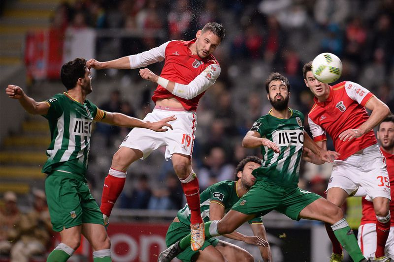 SC Braga vs Rio Ave • SC Braga's player Stojijocovik (2-L) heads the ball during their Portuguese First League soccer match against Rio Ave held at Municipal de Braga stadium in Braga, Portugal, 24 January 2016. HUGO DELGADO/LUSA • Lusa
