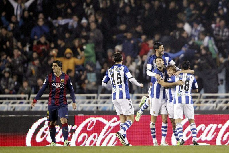 Jogadores da Real Sociedad celebram o golo diante do Barcelona • Real Sociedad's players celebrate the 1-0 lead during the Spanish Primera Division match between Real Sociedad and FC Barcelona at Anoeta stadium in San Sebastian city, Basque Country, northern Spain, 04 January 2015.  • EPA/JAVIER ETXEZARRETA