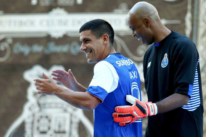 FC Porto presentation match against SSC Napoli • epa04877616 FC Porto's new player Maxi Pereira (L) and his teammate Helton during FC Porto presentation for the upcoming season 2015/2016 at Dragao stadium, Porto, Portugal, 08 August 2015.  EPA/ESTELA SILVA • Lusa