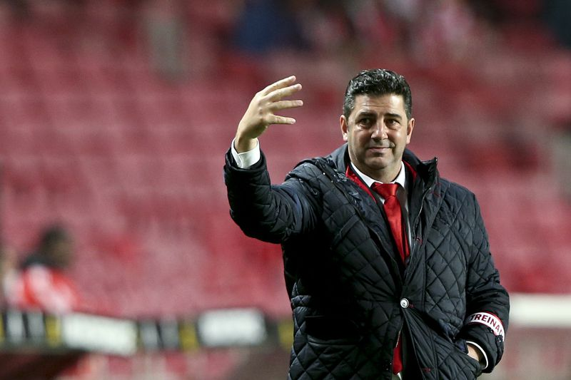 Benfica vs Marítimo • Benfica headcoach, Rui Vitória, reacts during their Portuguese First League soccer match with Maritimo held at Luz Stadium, Lisbon, Portugal, 06 January 2016. MANUEL DE ALMEIDA / LUSA • Lusa