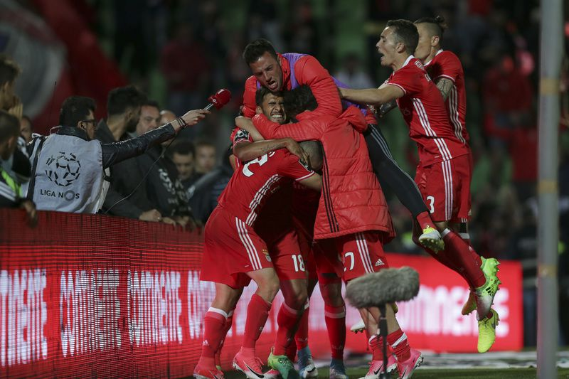 Rio Ave vs Benfica • Benfica's players celebrate after scoring the first goal against Rio Ave during their Portuguese First League soccer match held at Arcos stadium in Vila do Conde, North of Portugal, 07 May 2017. JOSE COELHO/LUSA • Lusa