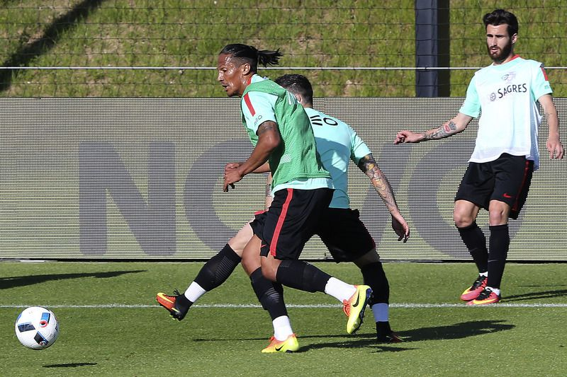 Portuguese National soccer team training • Portugal soccer team player Bruno Alves (L) and Vieirinha (C) during the training session in Lisbon, Portugal, 30 of May 2016. JOAO RELVAS/LUSA • Lusa