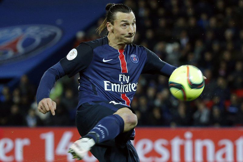 Paris Saint Germain vs Stade Rennais Football Club • epa05283463 Zlatan Ibrahimovic of Paris Saint Germain in action during the French Ligue 1 soccer match between Paris Saint-Germain (PSG) and Stade Rennais FC at the Parc des Princes stadium in Paris, France, 29 April 2016.  EPA/YOAN VALAT • Lusa