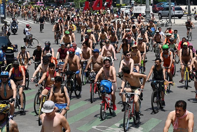 3e19fd4c3680b Ciclistas nus passearam pela Cidade do México num alerta para o excesso do  uso do automóvel
