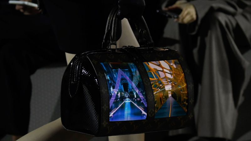 b2b06c2c0 Tecnologia e alta-costura fundem-se nas novas malas de mão da Louis Vuitton
