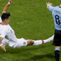 José Fonte tenta tirar a bola a Nahitan Nandez @EPA/RONALD WITTEK