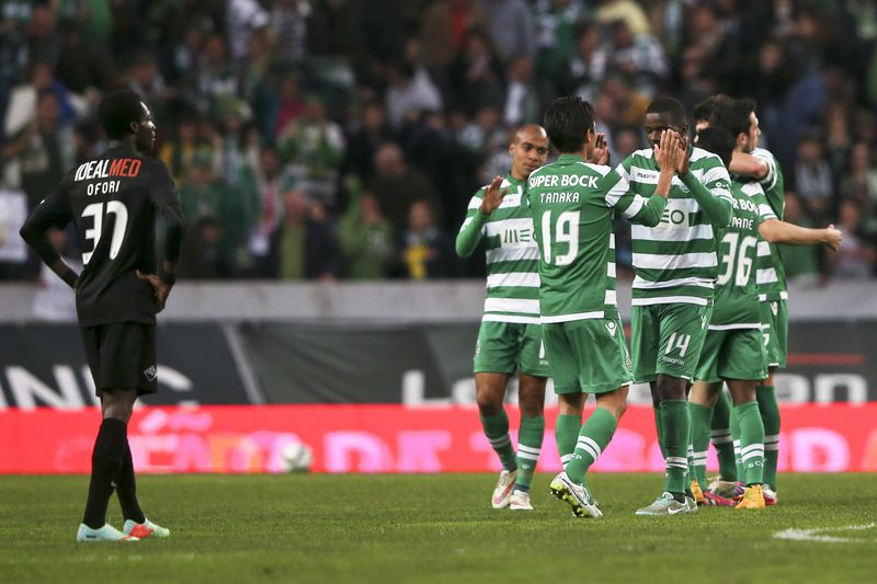 Sporting vs Academica • Sporting´s players celebrate after score the first goal against Academica during their Portuguese First League soccer match held at Jose Alvalade Stadium, in Lisbon, Portugal, 25 January 2015. MANUEL DE ALMEIDA/LUSA • © 2015