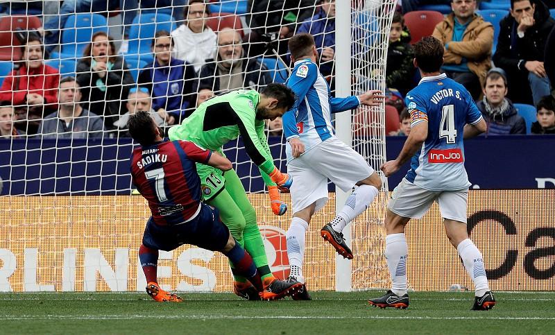 Diego López sofre traumatismo craniano no empate entre Levante e Espanyol 8f1e592974a61