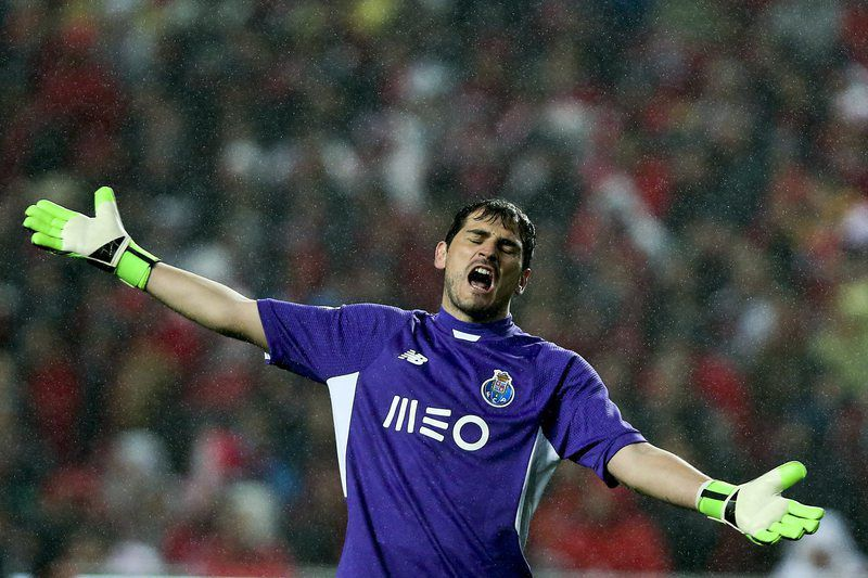 Benfica vs FC Porto • epa05157353 FC Porto's goalkeeper Iker Casillas reacts during their Portuguese First League soccer match at Luz Stadium, in Lisbon, Portugal, 12 February 2016.  EPA/JOSE SENA GOULAO • Lusa