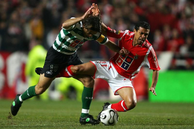 Benfica's Geovanni (R) vies with Sporting's Sa Pinto (L) at the Luz stadium in Lisbon 28 January 2006, during their Portuguese premier league football match.  AFP PHOTO/ NICOLAS ASFOURI