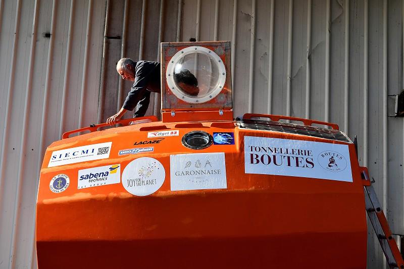 A bordo de um barril e ao sabor da corrente, navegador francês conclui travessia do Atlântico