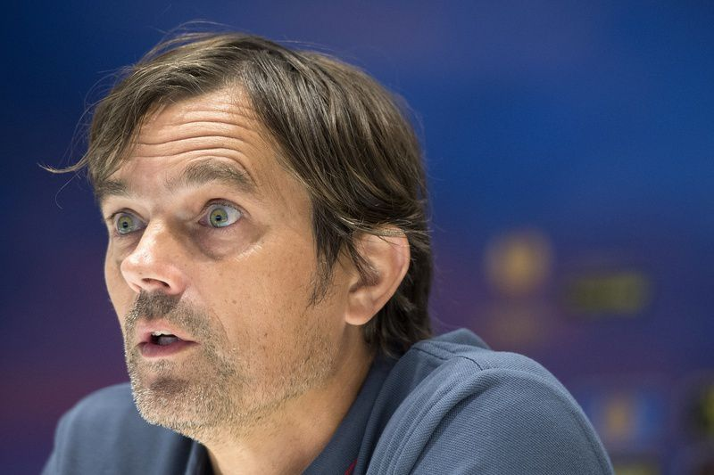 Cocu assume o favoritismo • O técnico do PSV quer vencer o Estoril • MARCEL VAN HOORN / ANP / AFP